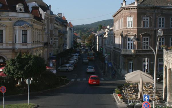 Erzsébet utca - Széchenyi tér a Liszt Ferenc Művelődési Központ ablakából