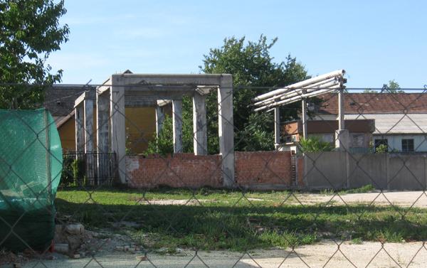 Kocsiszín vélhető épületének maradványai a 2012-ben lebontott turbinaház mellett